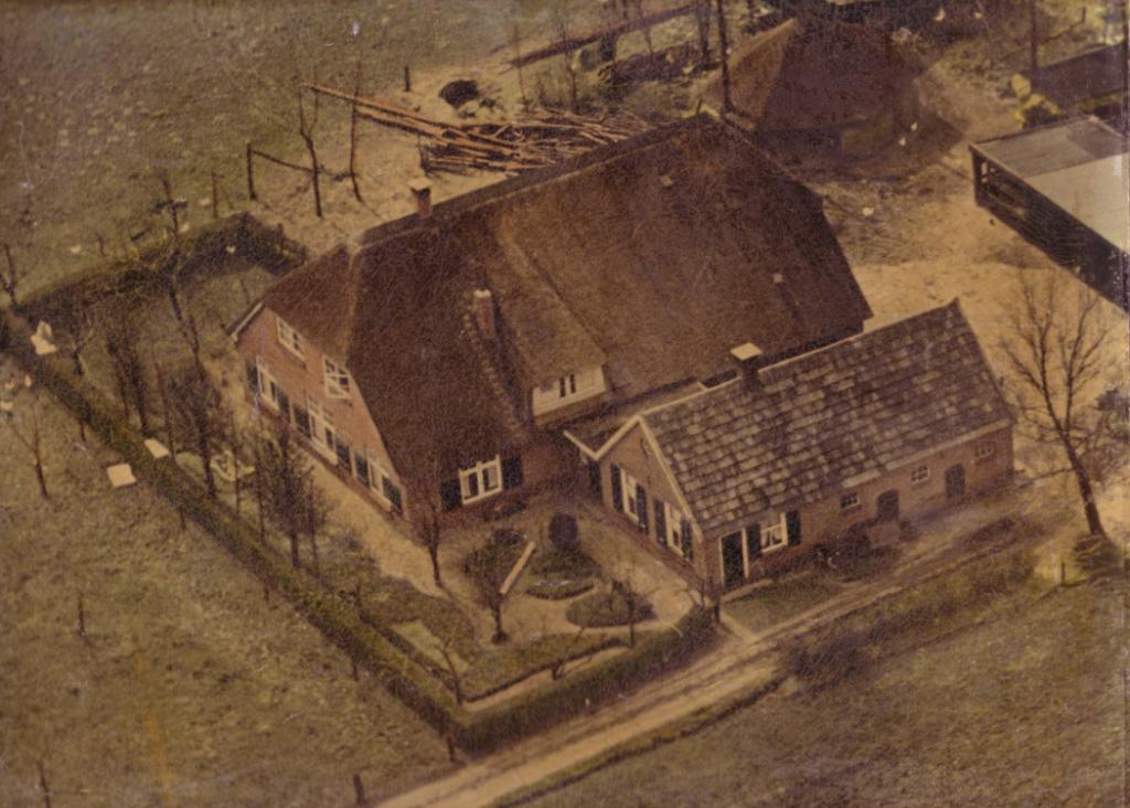 Deze oude foto van de huidige boerderij laat zien dat het vee in het achterhuis (de deel) staat en het hooi destijds in een hooiberg werd opgeslagen.
